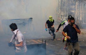 Venezuelan troops abandon posts amid violent clashes with protesters at Colombian border